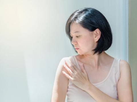 50多歲乳房摸到硬塊,竟癌細胞轉移骨骼,到處是黑點!醫師3招治療提升生活品質