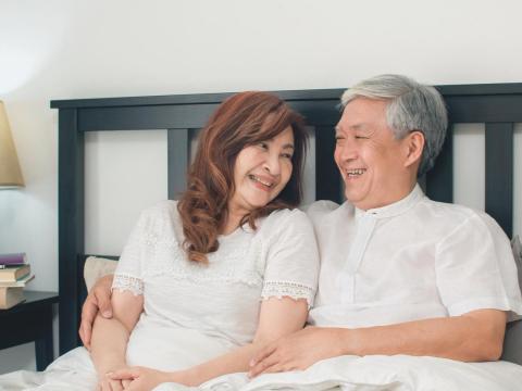 65歲喪偶,認識新伴侶床事卡卡不順!更年期後擁抱愉悅性生活,婦科醫師教2招