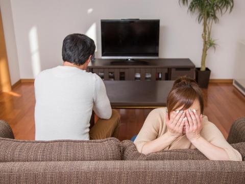 他曾打老婆卻忘記,被說不愛了要離婚才惶恐!對感情「不上心」,中年分手只是剛剛好