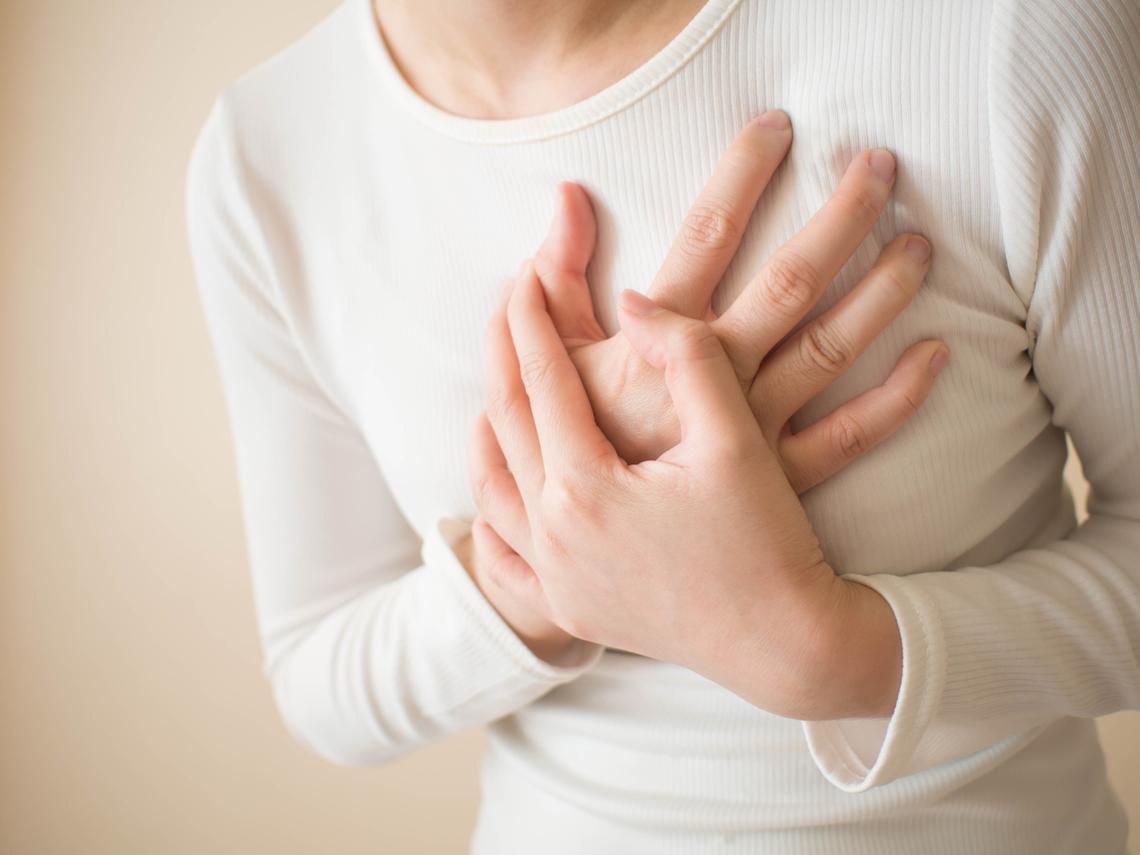 救自己一命!心肌梗塞不只是「心痛」,三分之一的人都忽視了「八大症狀」,太晚送醫,致死率比心臟病人還高