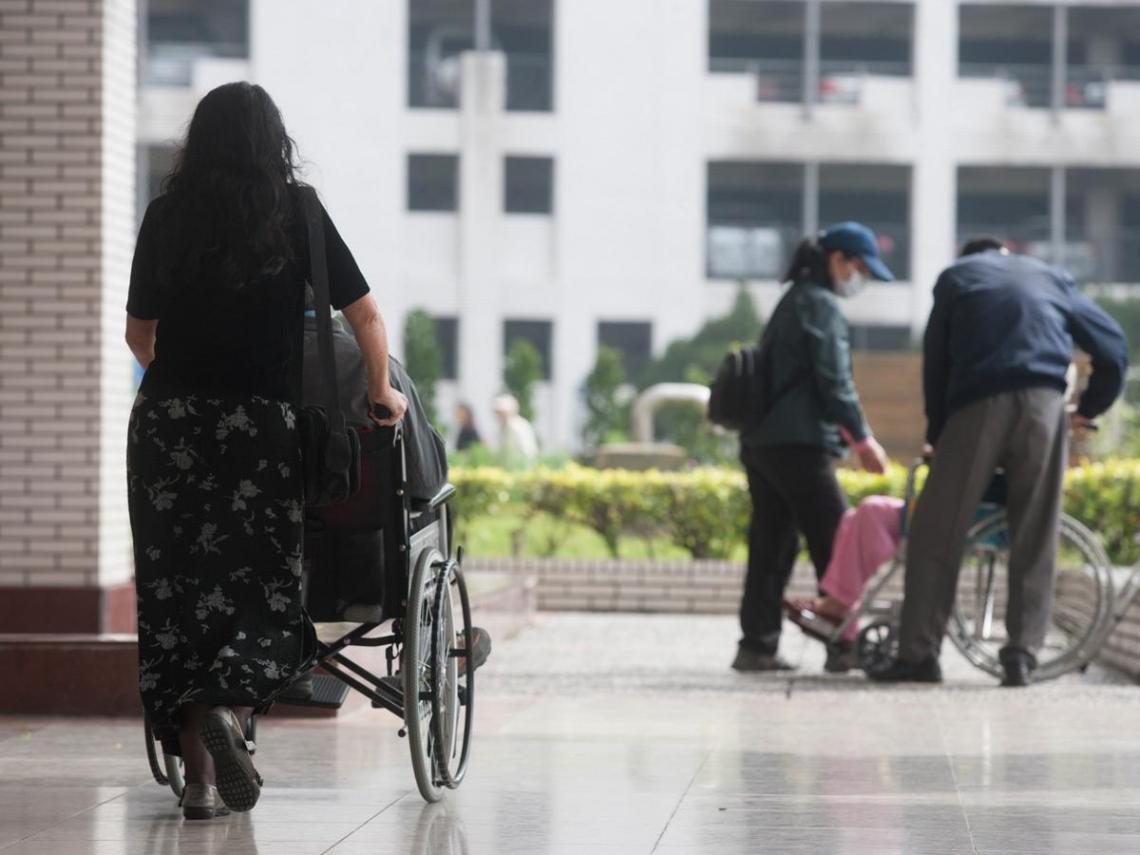 13萬人照顧爸媽離職 親力親為迷思釀悲劇
