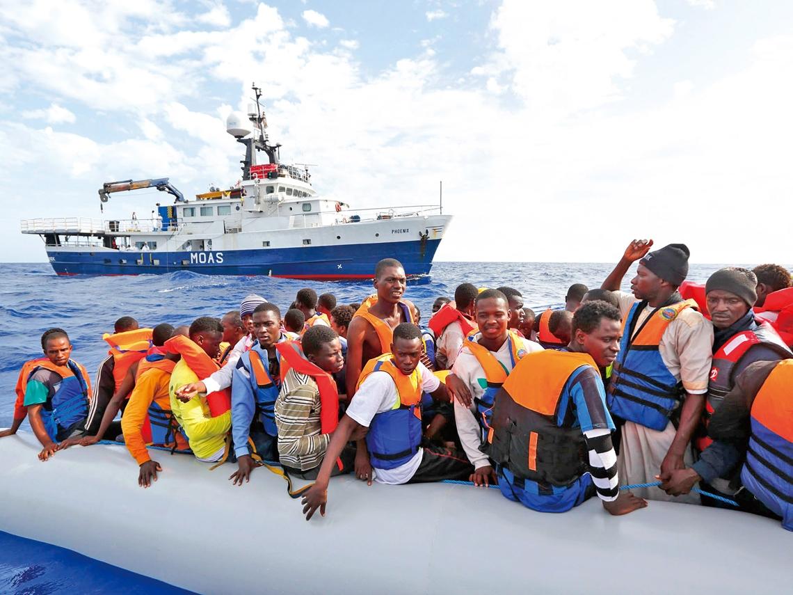 不願冷漠 富豪夫妻救三千海上難民