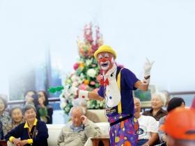 科技男學扮小丑 到養老院當「老萊子」