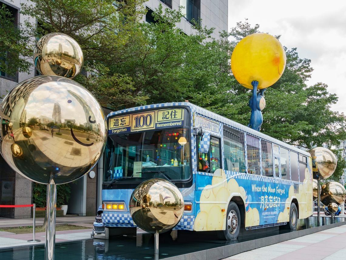 幾米公車搬到101對面 信義房屋一舉兩得