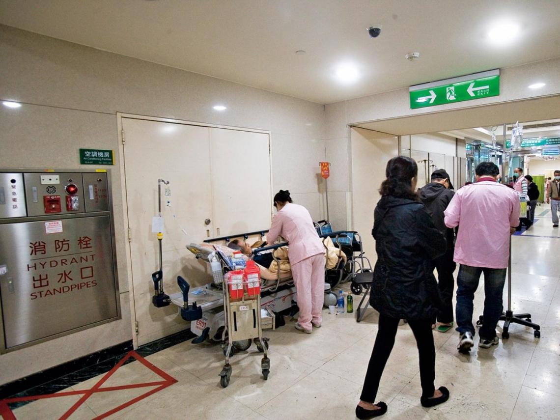 化療病人發高燒,我卻只能找推床幫她挪到走廊上……
