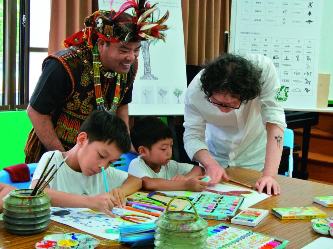 藝術家徐冰 在三地門教環保美術課