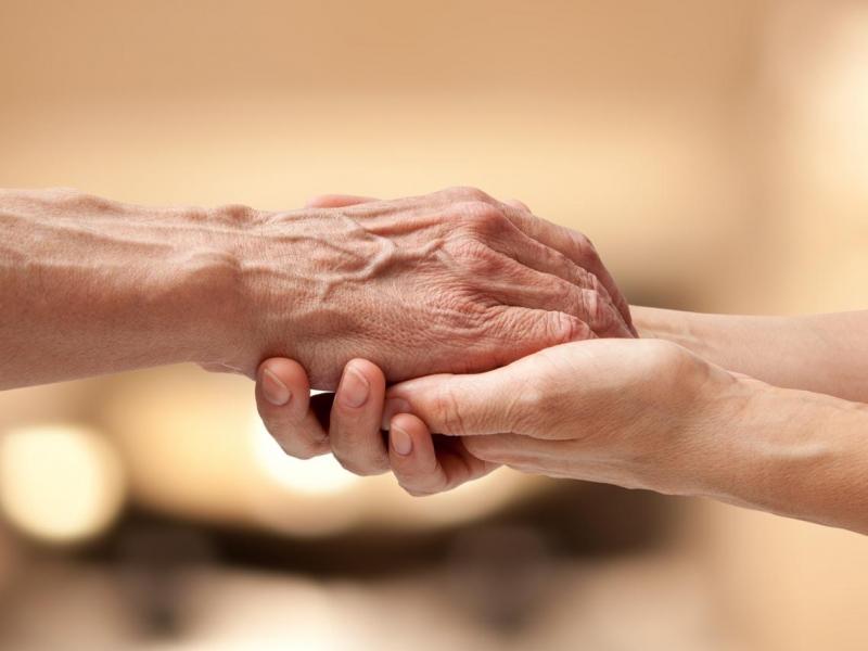 長照母親的那段寶貴時光,作家鍾文音:用我的手敲出文字,換她一眠一寸的養老