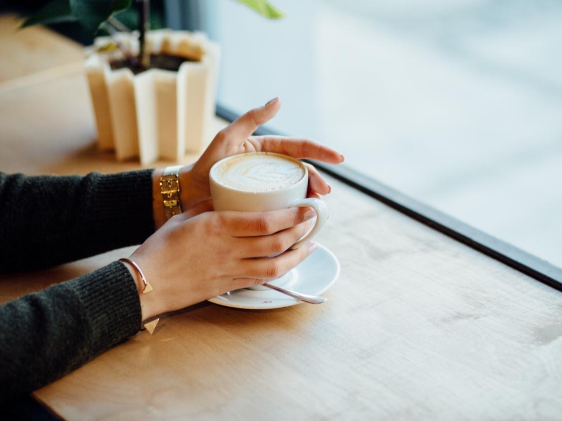 成熟女性的必備條件:一個人更自在!享受單獨的咖啡時光