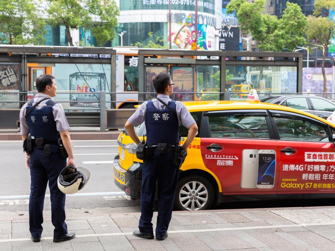 警察蒐證時,可以拒絕給警察按指紋、照相、驗尿嗎?