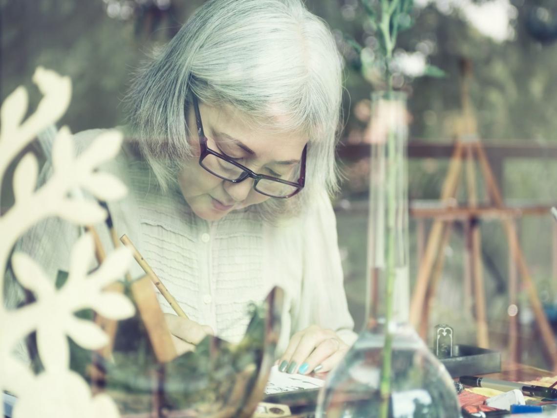 任何時候都能重新開始:她75歲因關節炎畫畫,101歲變成世界名畫家!