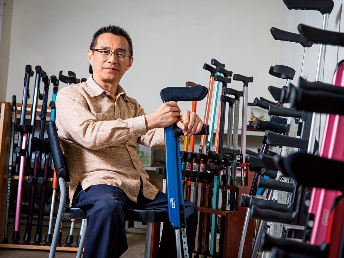 政院前副祕書長徐中雄退而不休 為身障造拐杖界「勞斯萊斯」