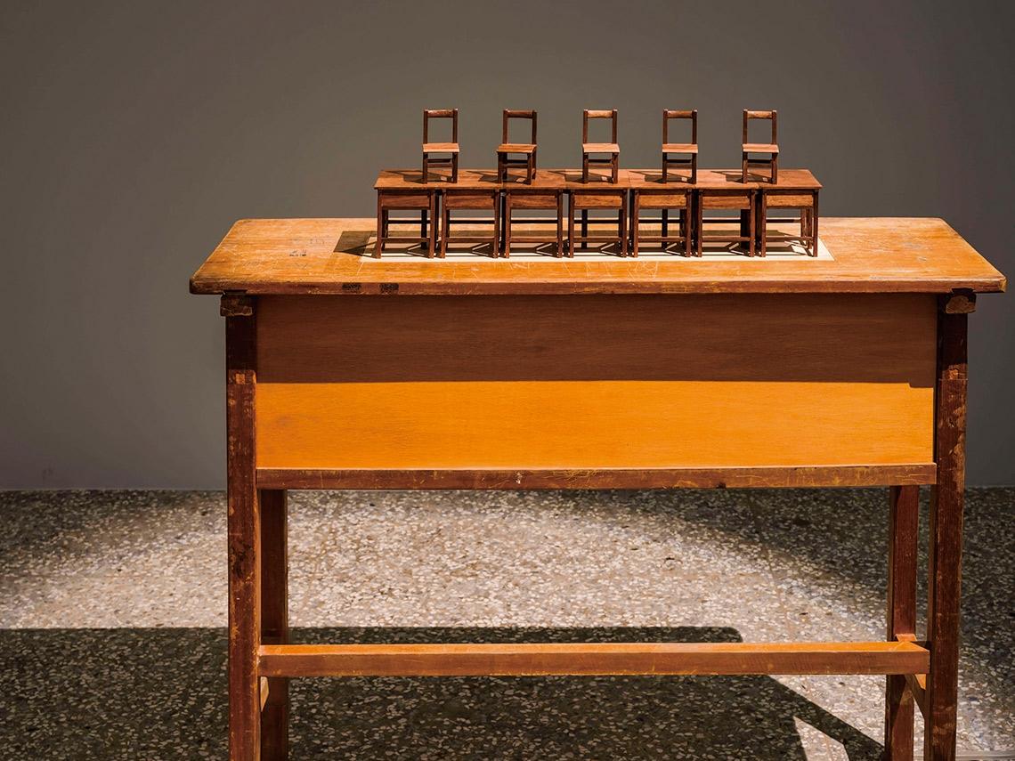微雕桌椅課本 拿下藝術首獎