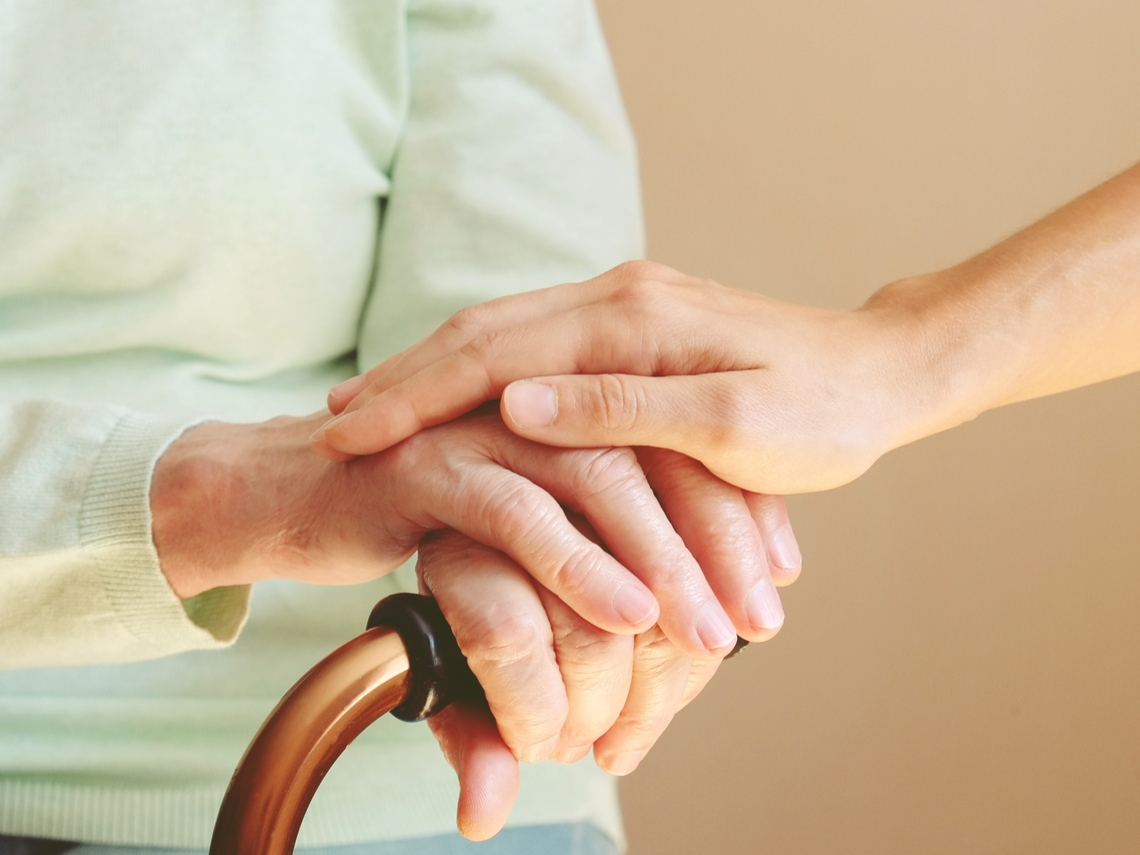 照顧患巴金森症的母親,才驚覺,她已變成另一個人,不是我記憶中的媽媽了...