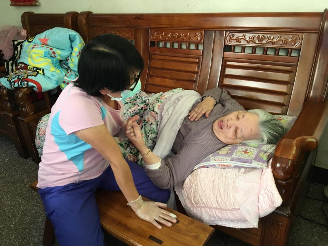 照顧生病婆婆有感!她40歲放棄美容師工作,轉當居家服務員