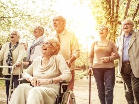 善用中高齡人力!初老者照顧獨居老人,助人又能賺到退休金