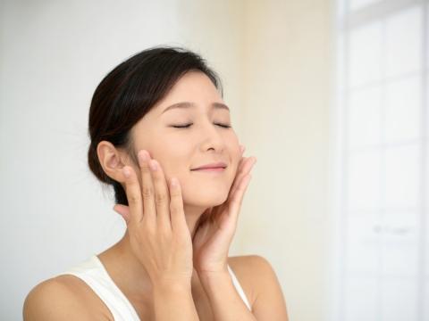 臉頰鬆弛、眉毛下垂?學會3個臉部運動,用小動作對抗肌肉老化