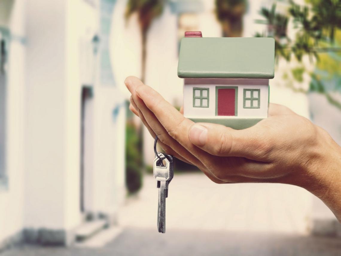 他賣房子想說圖方便,把備用鑰匙給房仲... 未料開門驚見陌生男女「滾床單」
