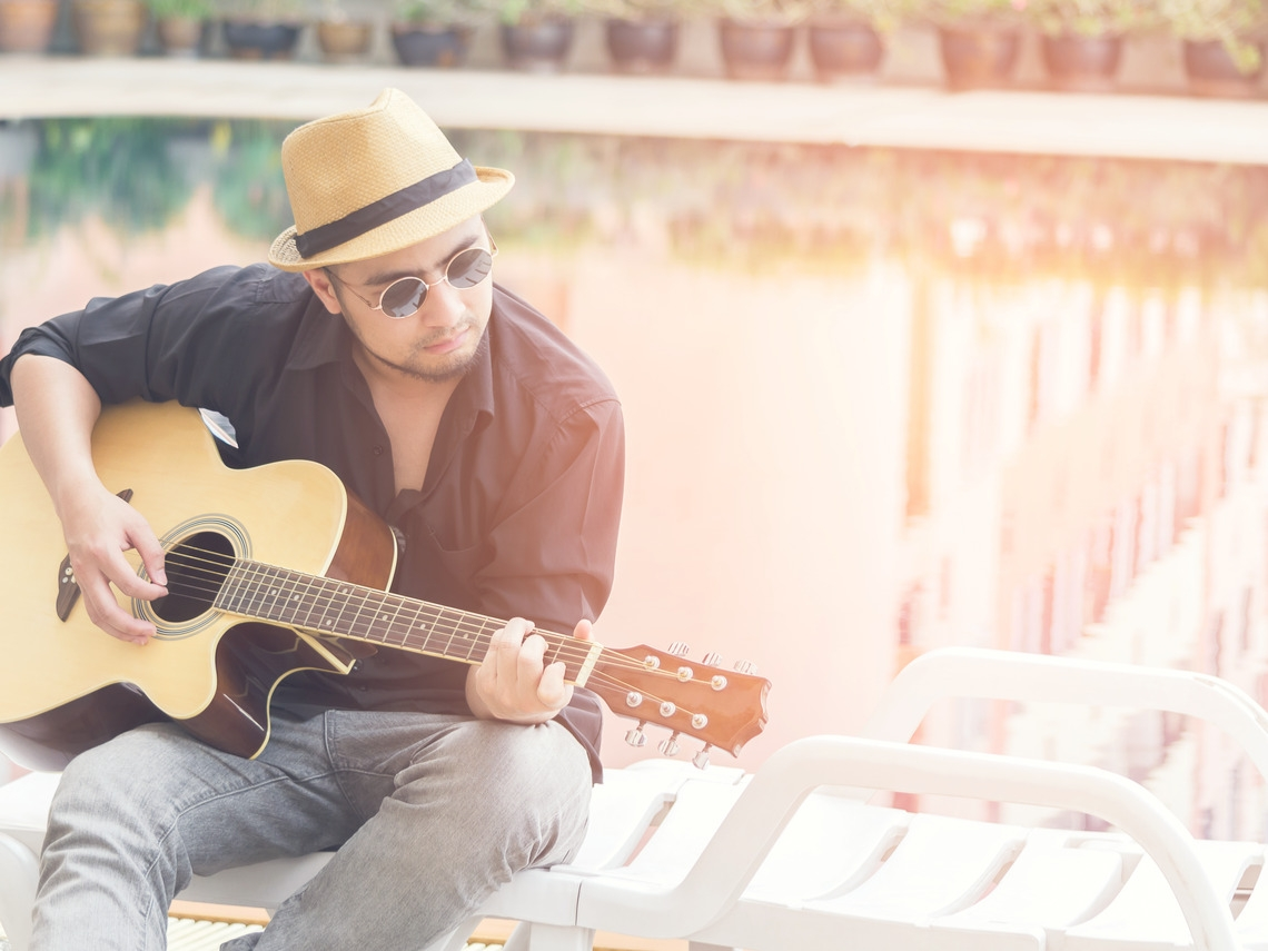 他跟奶奶學吉他!「長者拓寬我的視野,我可以給他們帶來幸福感!」
