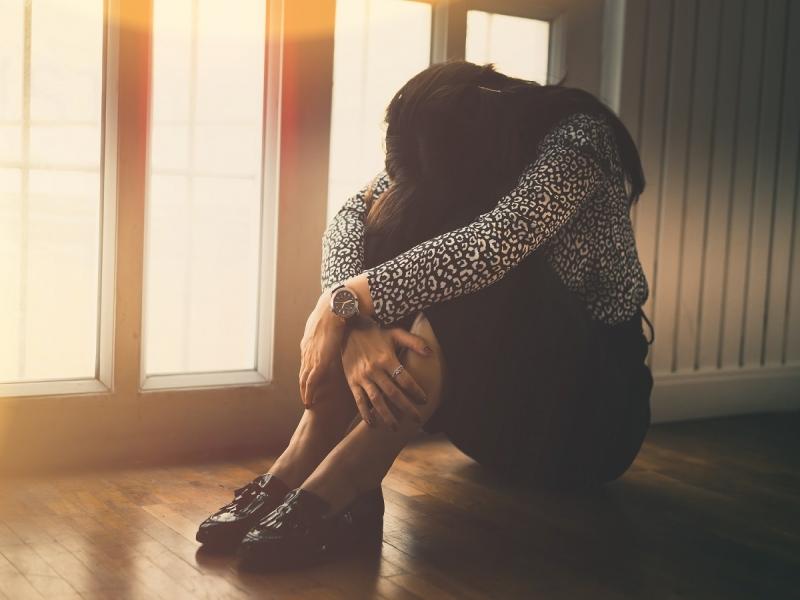 一天工作逾14小時、忙到不需要人陪...得知前男友要結婚,她痛哭「害怕一輩子一個人過」