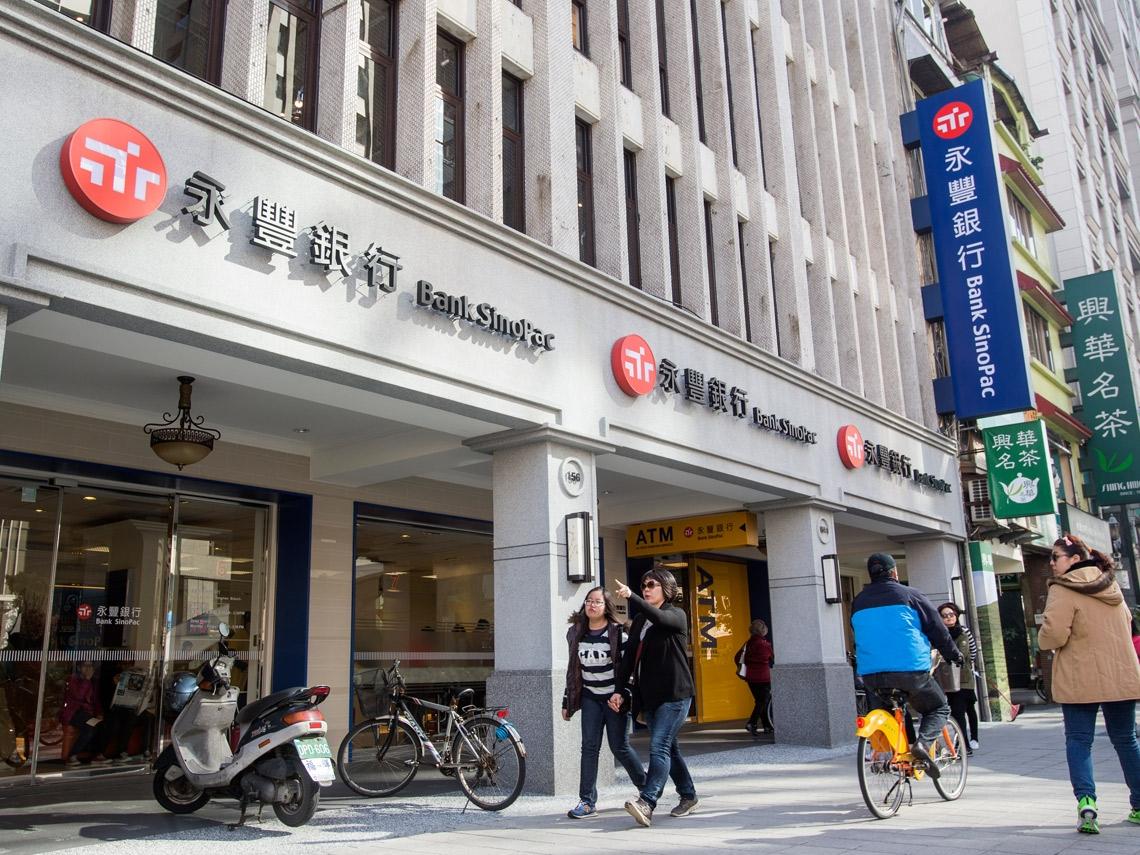 公司獲利成長,員工薪水衰退?永豐銀23名高層平均年薪765萬,員工擬罷工抗議