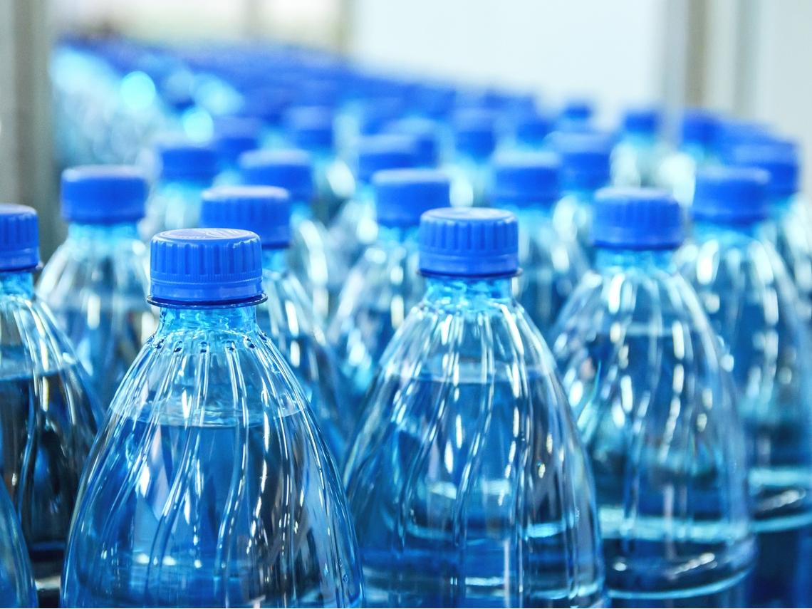 成人每年至少吃下5萬個塑膠微粒!喝瓶裝水比自來水慘
