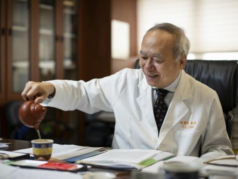 68歲也有好體力!種樹抒壓、每天快走一萬步 名醫陳肇隆分享養生秘訣