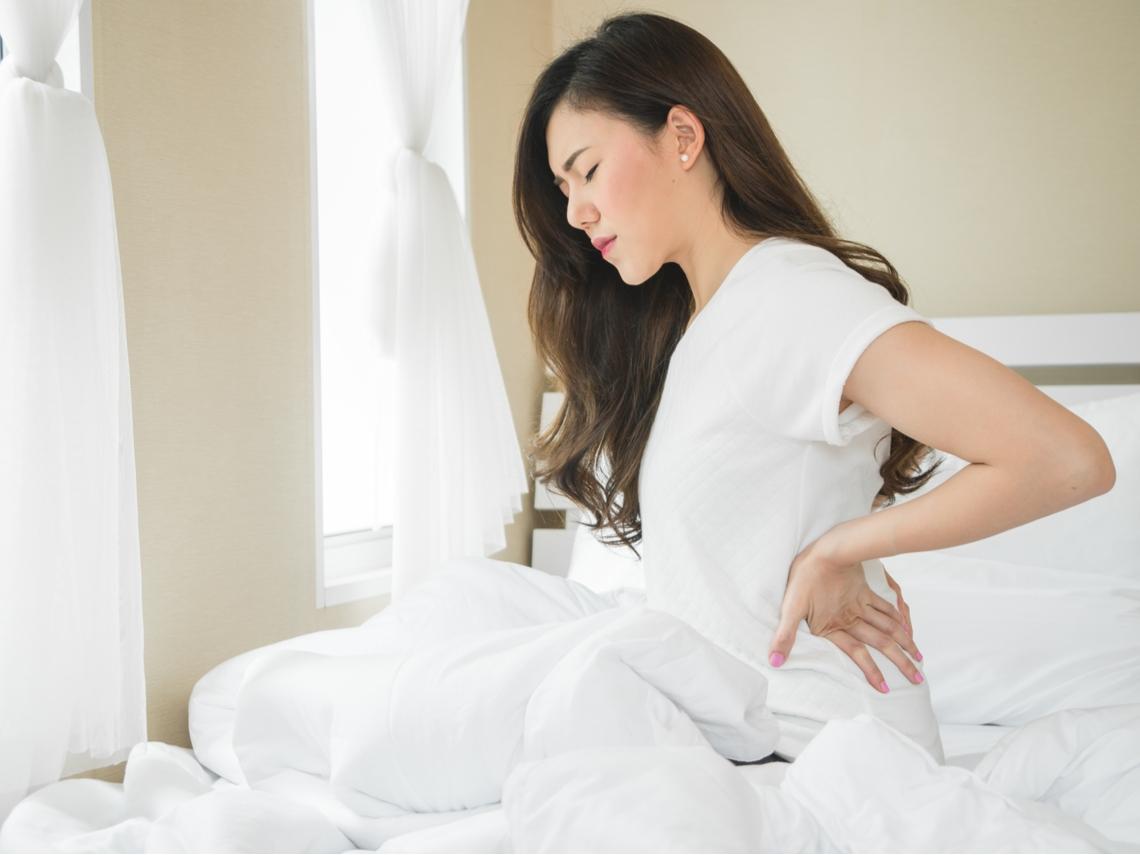 背痛以為是肌肉問題,竟是脊椎骨折!骨質疏鬆症患者千萬別輕忽「脊椎壓迫性骨折」