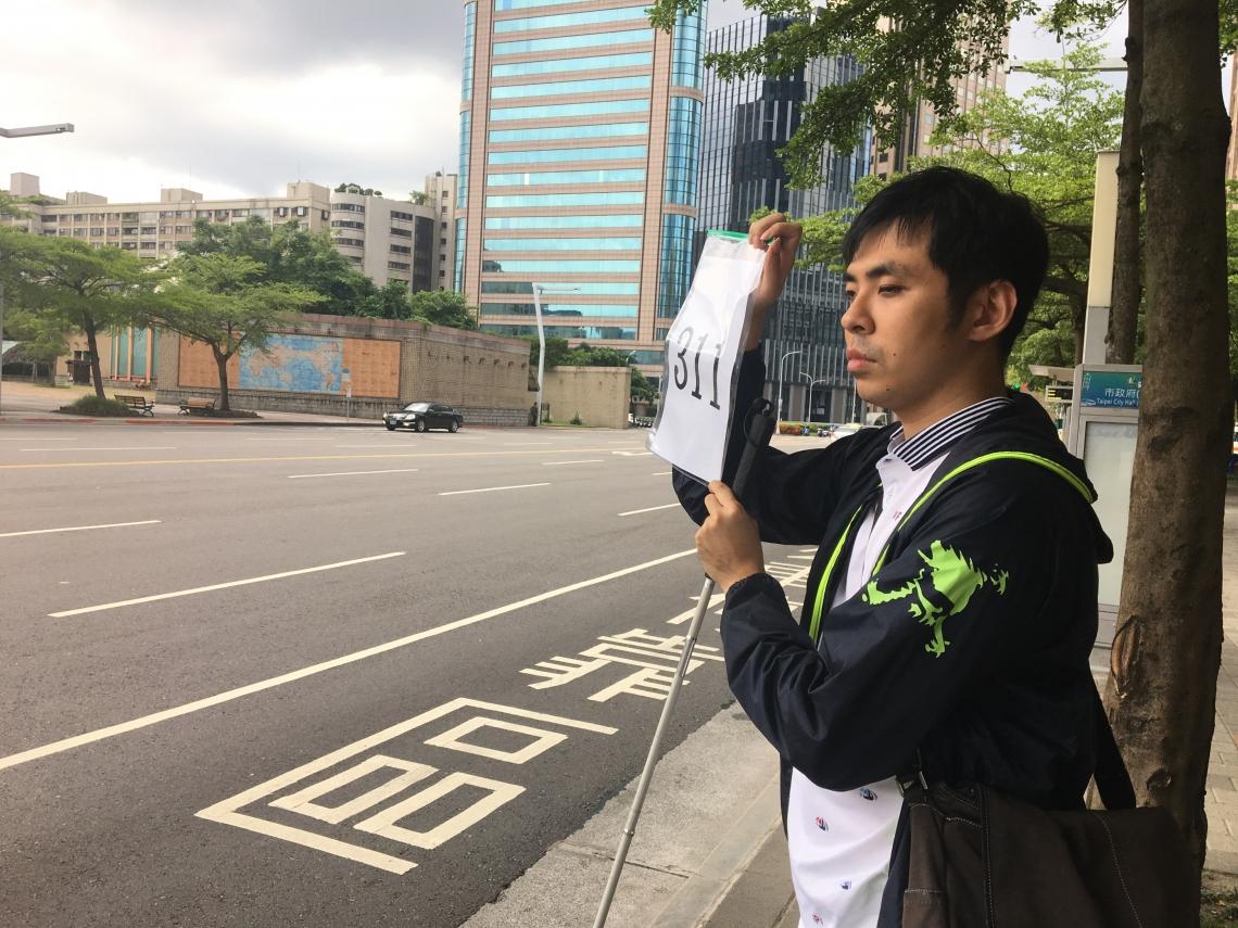 舉牌一小時也等不到公車?3解方讓視障者能安心搭車