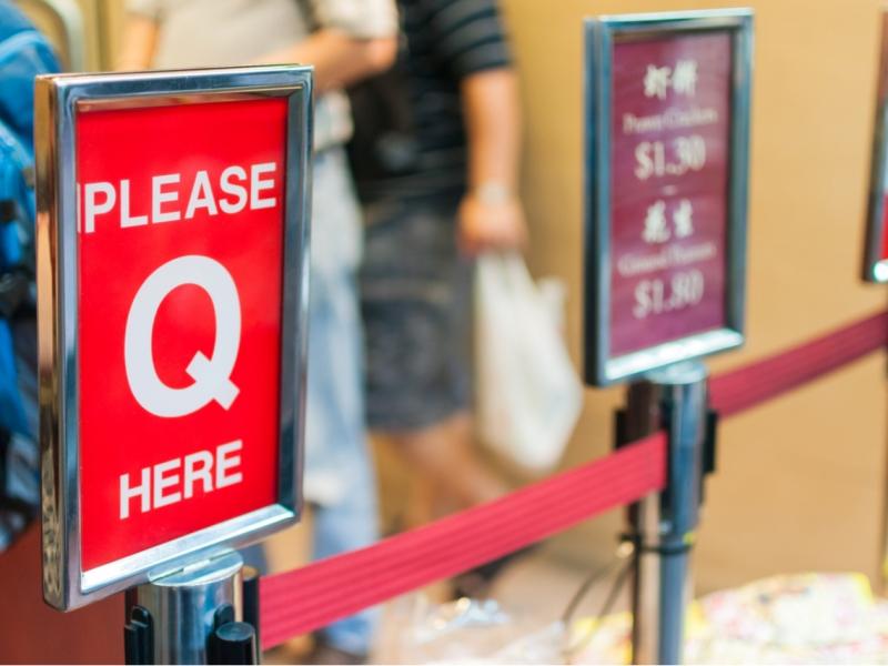 """Please Q here""是在Q什麼?出國一定要會的「排隊」英文,外國人其實很少用wait"