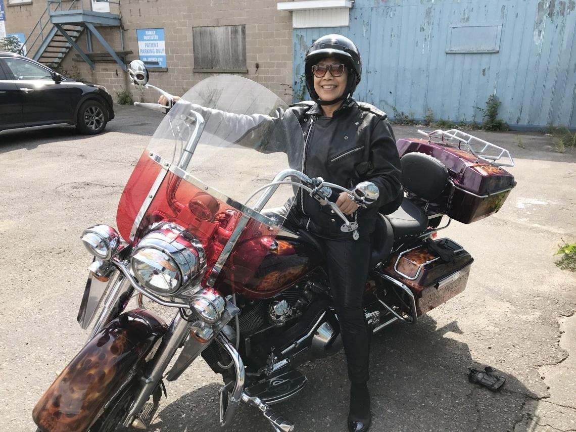 照顧失智丈夫、房子遭法拍險輕生!挺過照顧重擔,72歲勇闖加拿大騎哈雷圓夢