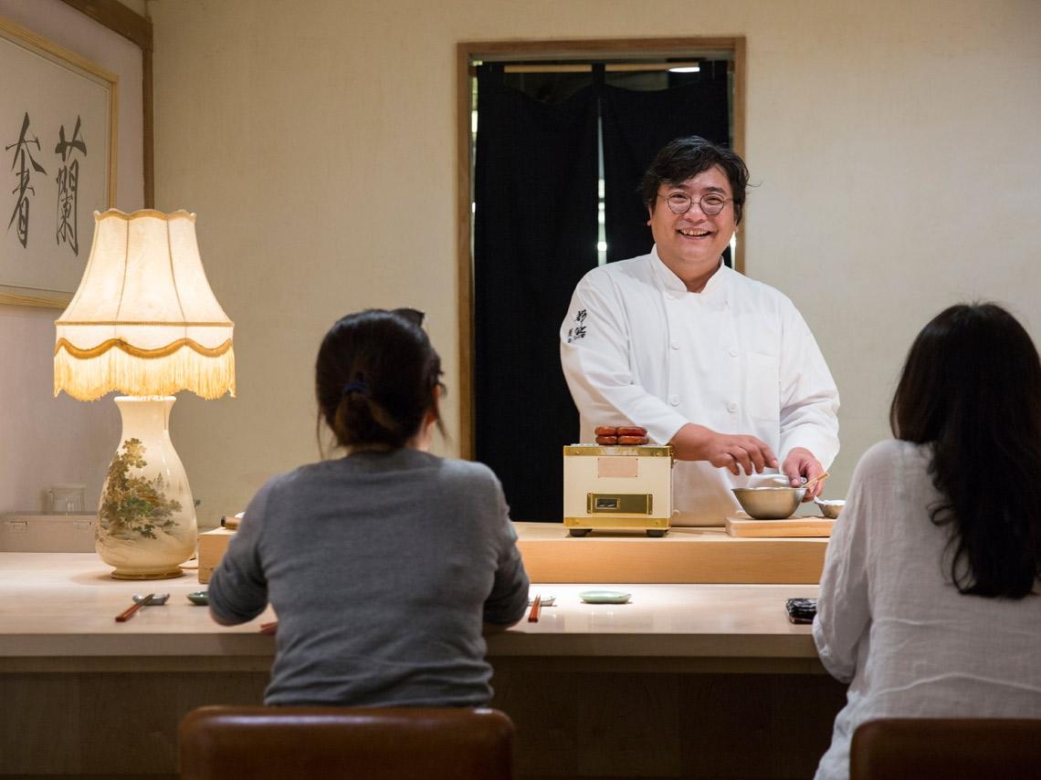 只有國中學歷卻連舒淇、蔡明忠都收服!一個南投囡仔如何靠「日式料理」上演翻身記?