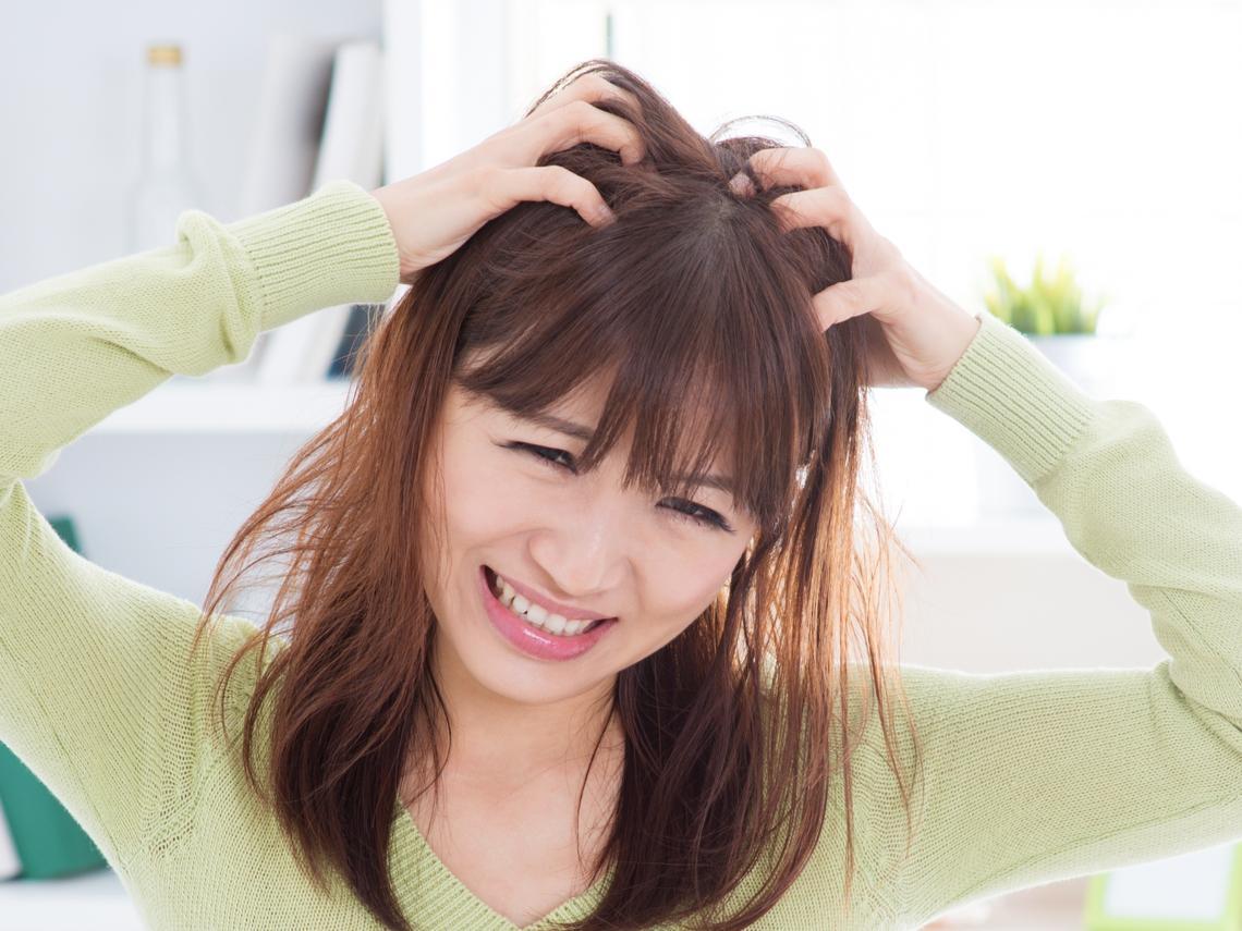 努力清潔,還是頭皮出油、頭皮屑好多?醫師破解洗頭3大迷思