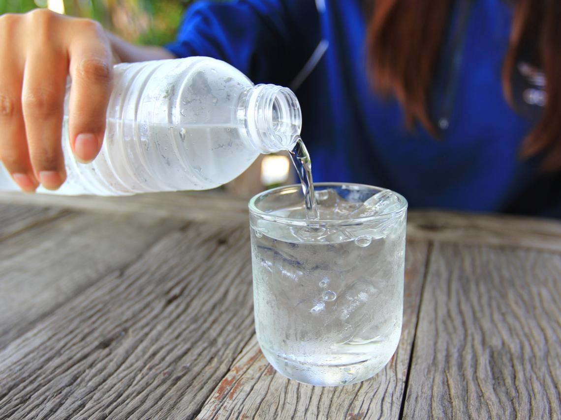 多喝水養生卻頭暈、跌倒骨折!醫師:缺了「這個」小心反而養出病來!