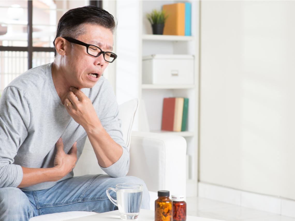 50歲後注意!他喉嚨卡卡、聲音沙啞竟是喉癌...醫師:長期抽菸喝酒要小心