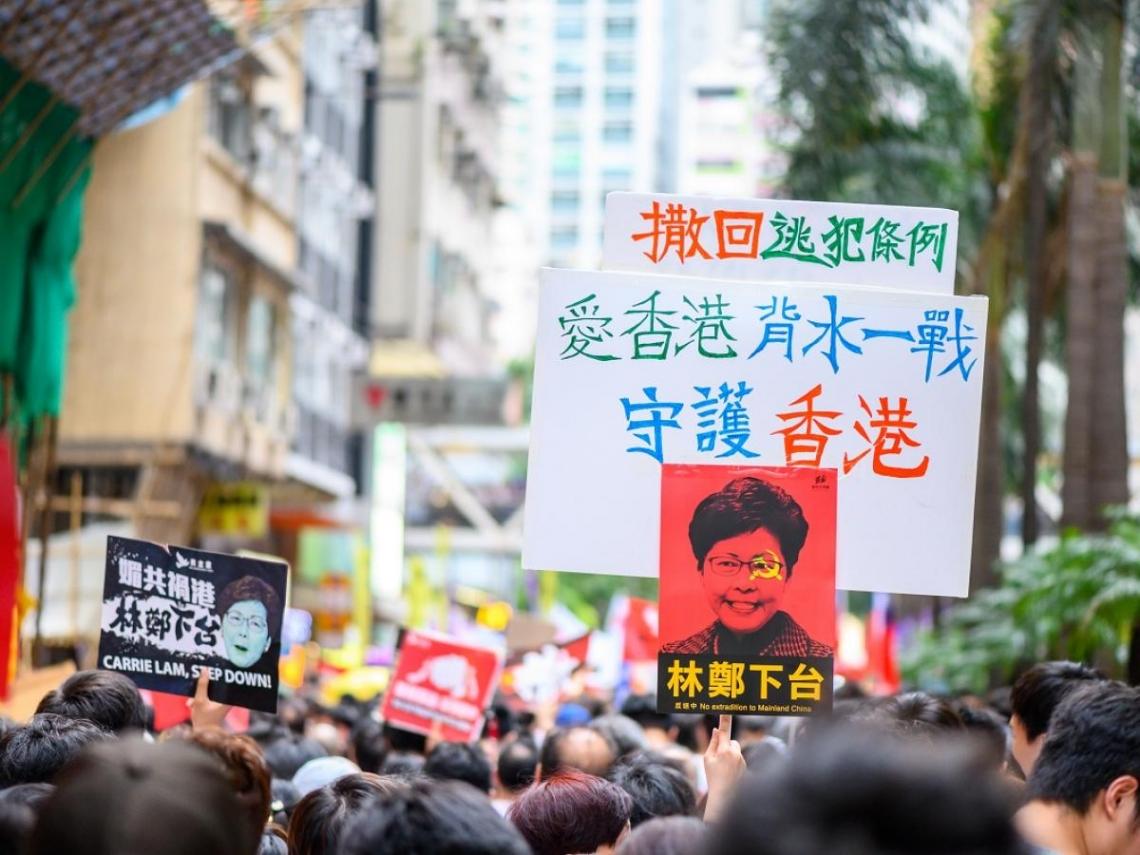 香港衝突升溫!反送中示威怒扔汽油彈,警總、港府總部、立法會外竄烈焰