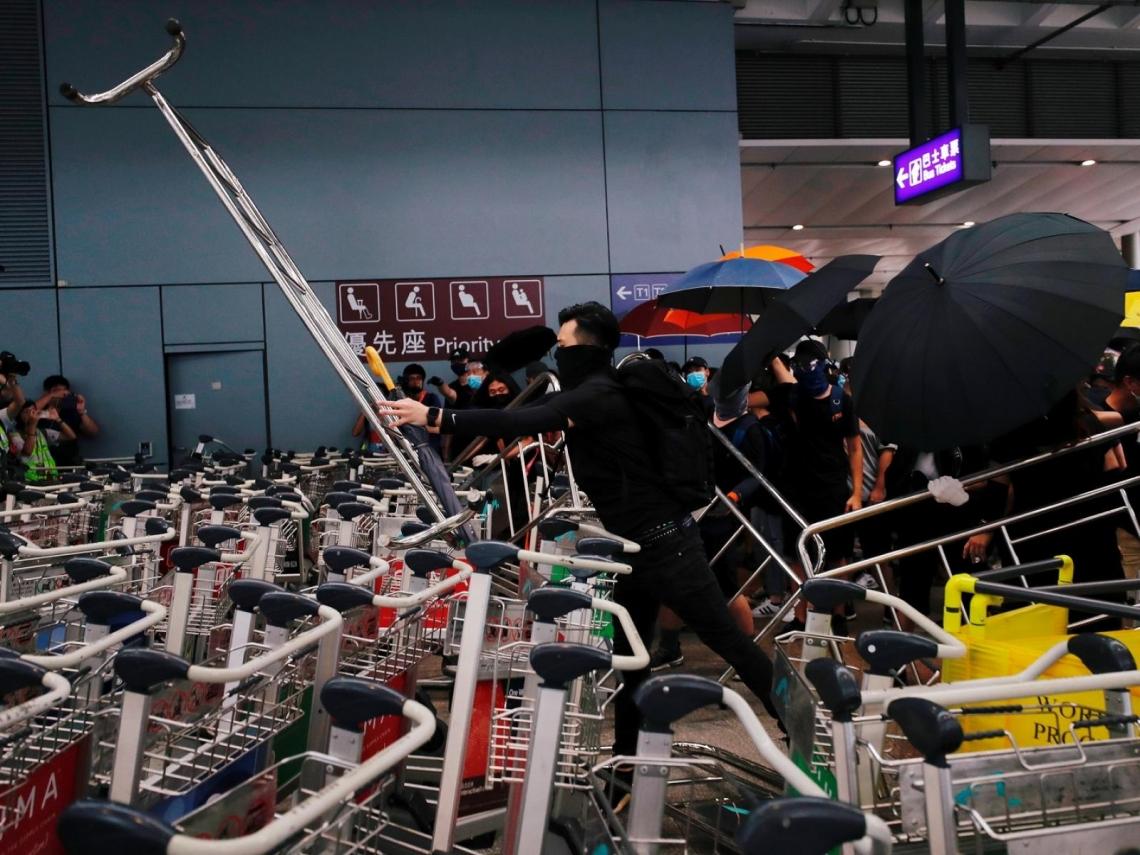 往香港機場交通暫停行駛 反送中示威者「堵塞交通」:不怕被逮捕