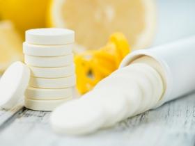 吞維他命C片防感冒,有效嗎?營養師推薦:吃這3種水果更好!