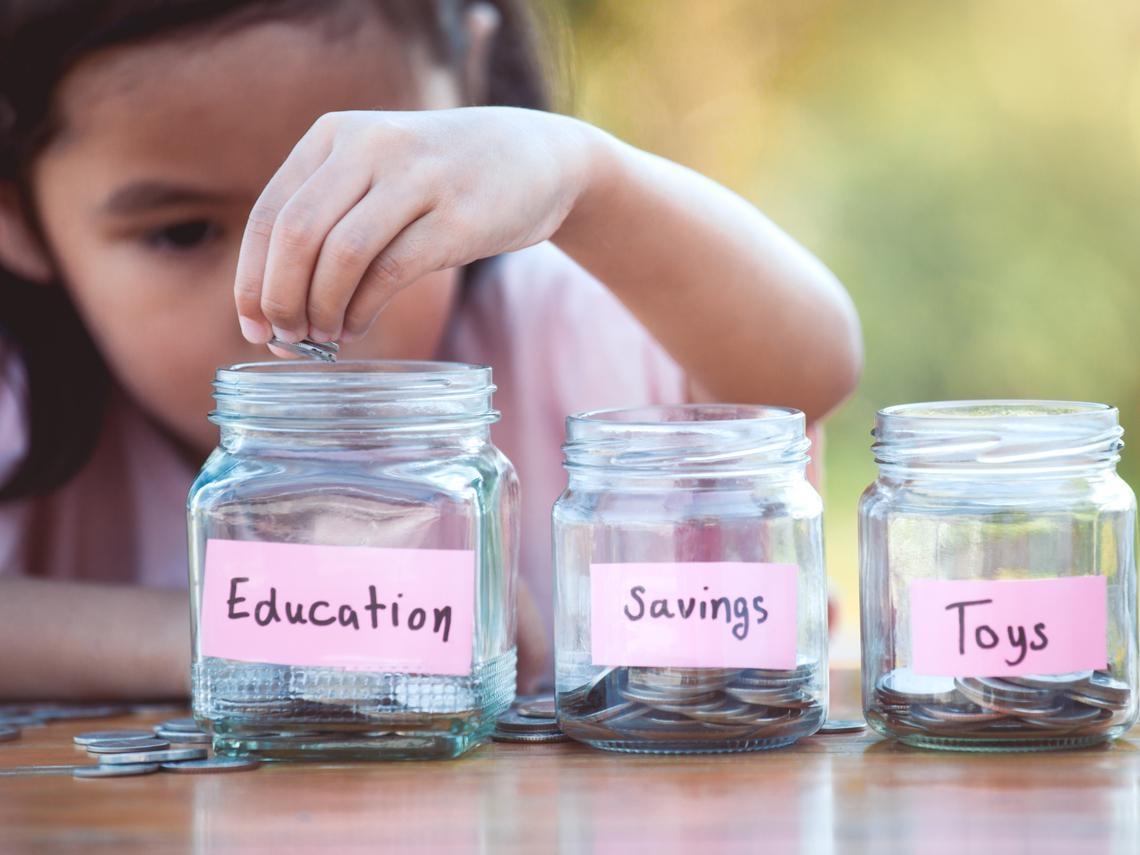 永遠不要告訴孩子「父母多有錢」!調查500多個千萬富翁:養出會賺錢子女的10個守則