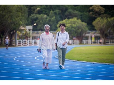 89歲不依賴子女她獨自搭公車買菜、超愛舞蹈課!女兒:有人罵我不孝但她老後超精采