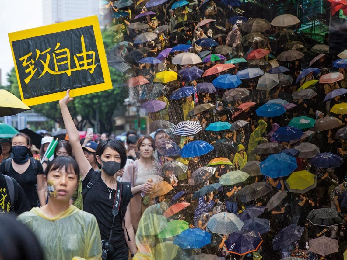 暴雨澆不熄  數萬台人上街撐香港