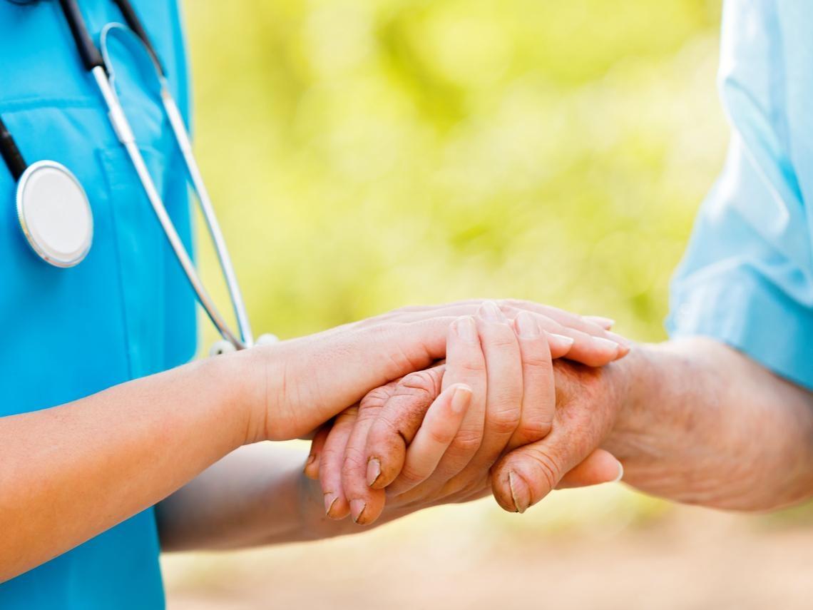 當父母需要照顧時,外籍看護不是唯一選擇,幸好有「他們」的協助,到府指導、恢復健康不臥床!