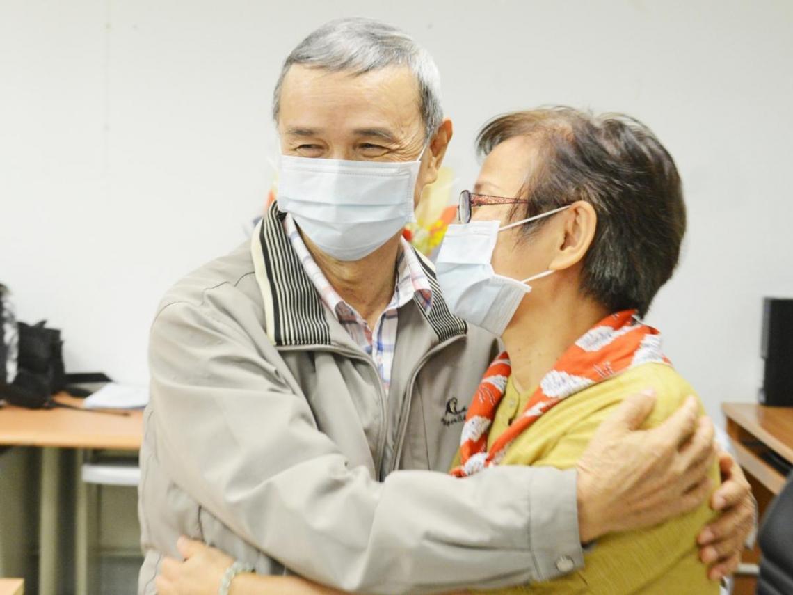 捐腎救愛夫!不忍丈夫洗腎受苦,她犧牲壽命捐出腎臟,歡慶40周年結婚紀念
