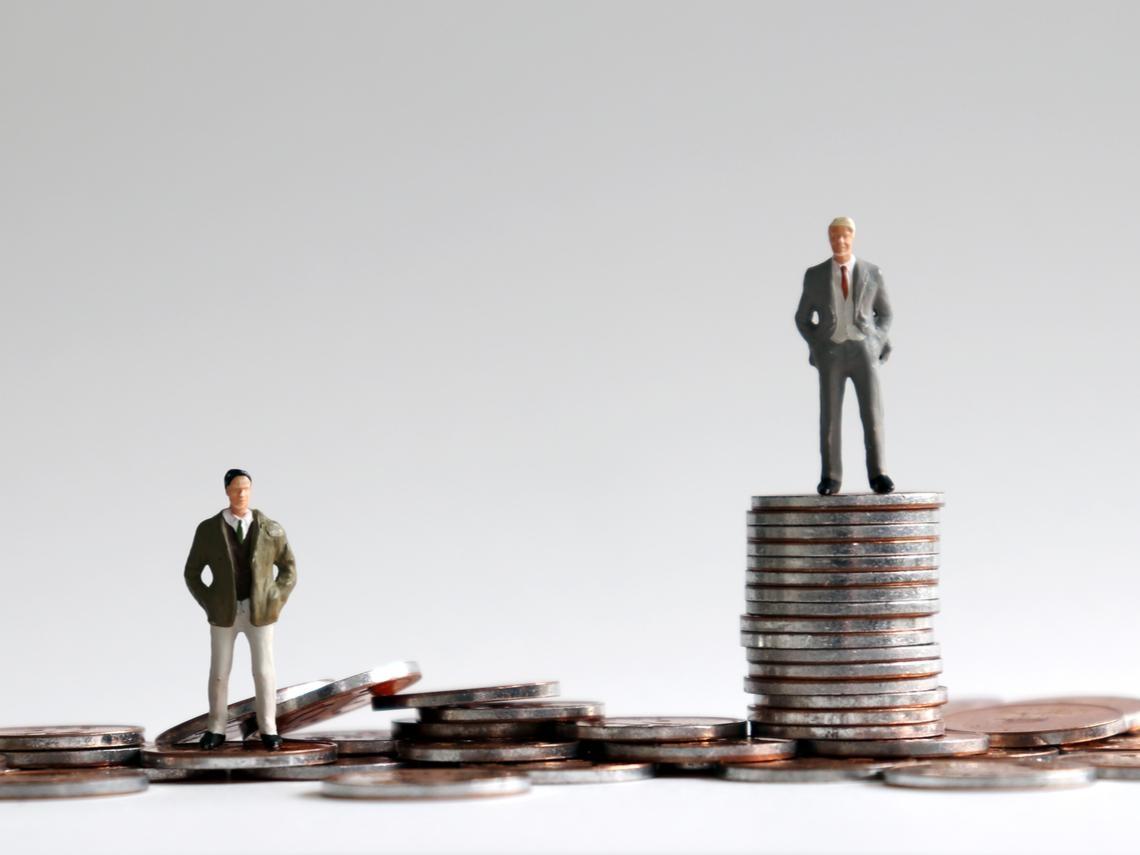 兩個家庭各存300萬退休,一個投資利率8%公債,一個買指數基金...30年後誰存到4000萬?