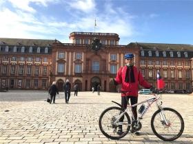 騎單車環遊世界、玩遍26國超精彩!65歲旅行家Leo:人生不能等!多等五年,就少玩五年