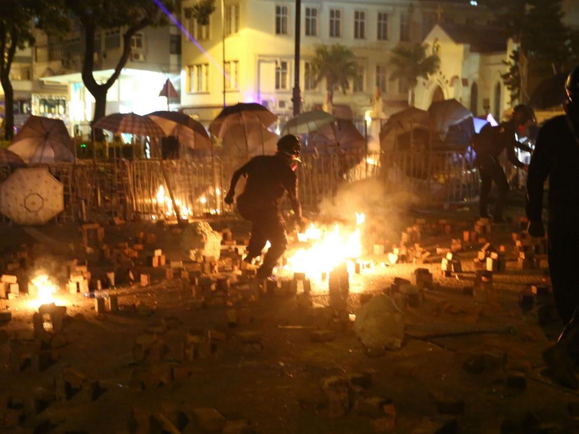獨家直擊/校園二度成戰場!周六入夜港警進攻香港理工大學 學生堅守:我們不能停下來!