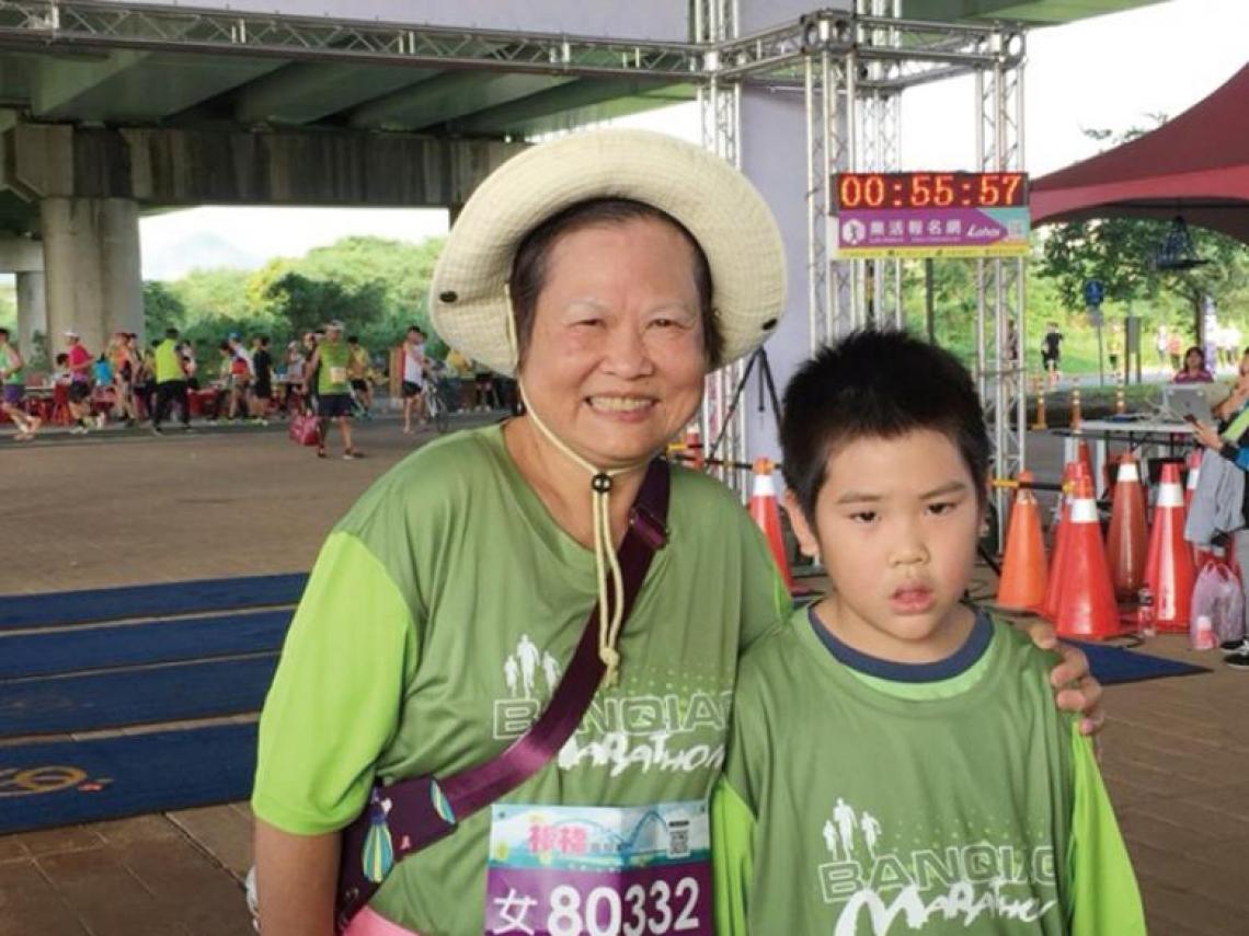 她70歲曾經罹癌、換過人工關節,竟還能跑馬拉松!為了健康,你願意付出多少努力?