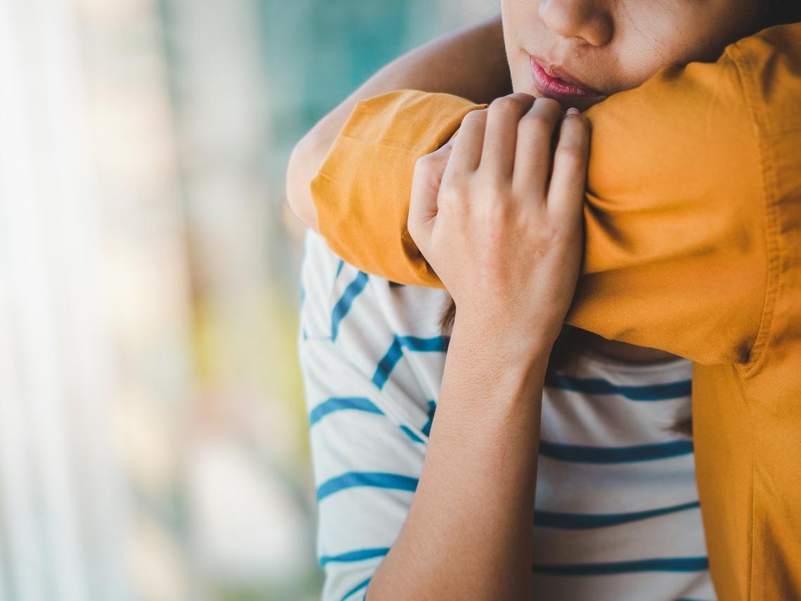 同理心不是靠「嘴巴講」,身體姿態會影響「心態」!安寧醫師:和病人講話,我們要平起平坐