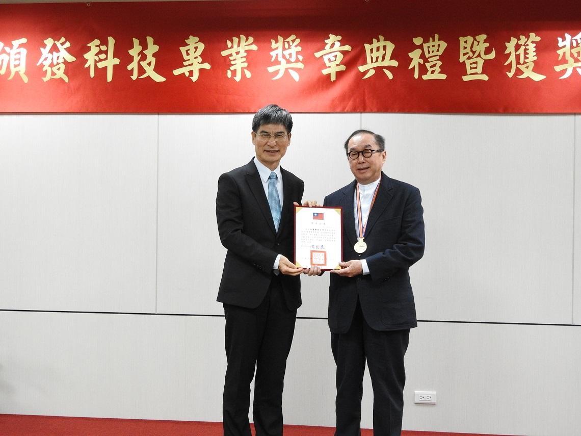 推動台灣AI發展,林百里獲頒「科技專業獎章」:期許台灣做AI輸出國,而不是付費國