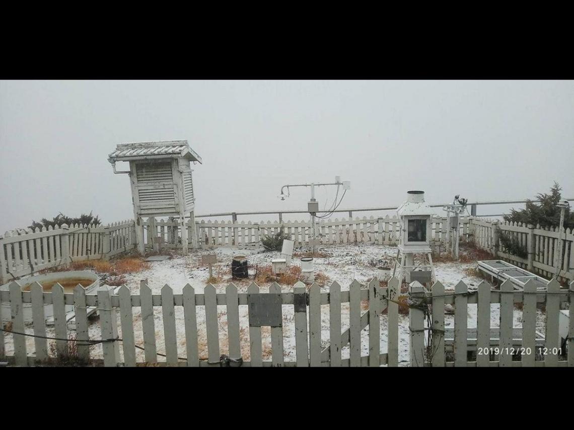 玉山降下今年初雪 冰霰、未結晶雪與白雪齊紛飛