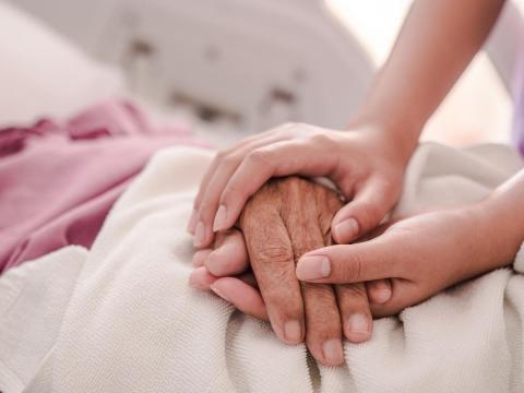 百歲母親倒下後,一位老醫師的心痛告白:再多的醫療,都只是為了給別人看「孩子真孝順」